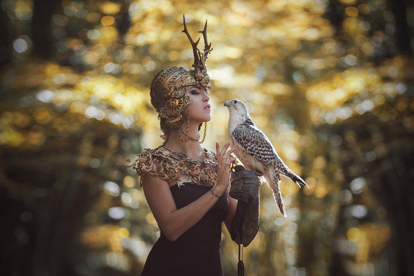 Model : Cassandra Pauchet (Cassy Mdele) // MUA Liv Laps (Make up By Liv Laps) // Coiffure : Emi Li ( Arsène) // Création bijoux : Martine Brun (Martine Brun Création Bijoux) // Robe : France Linger (Argothe Couture) // Merci au fauconnier et son magnifique faucon blanc.
